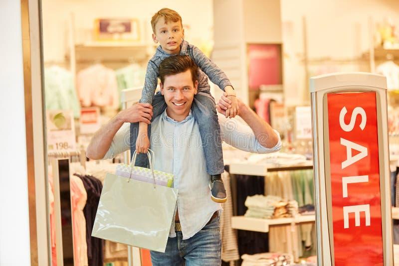 Compras en tienda de la moda durante venta imagenes de archivo