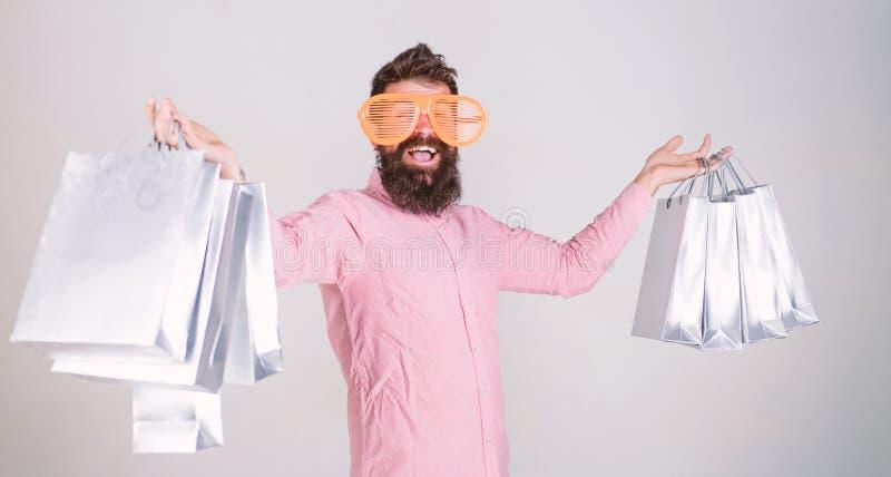 Compras felices con las bolsas de papel del manojo Consumidor adicto que hace compras Reparto provechoso C?mo conseguir listo par imagen de archivo