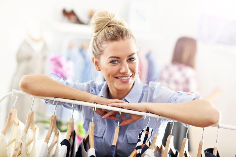 Compras felices de la mujer para la ropa imágenes de archivo libres de regalías