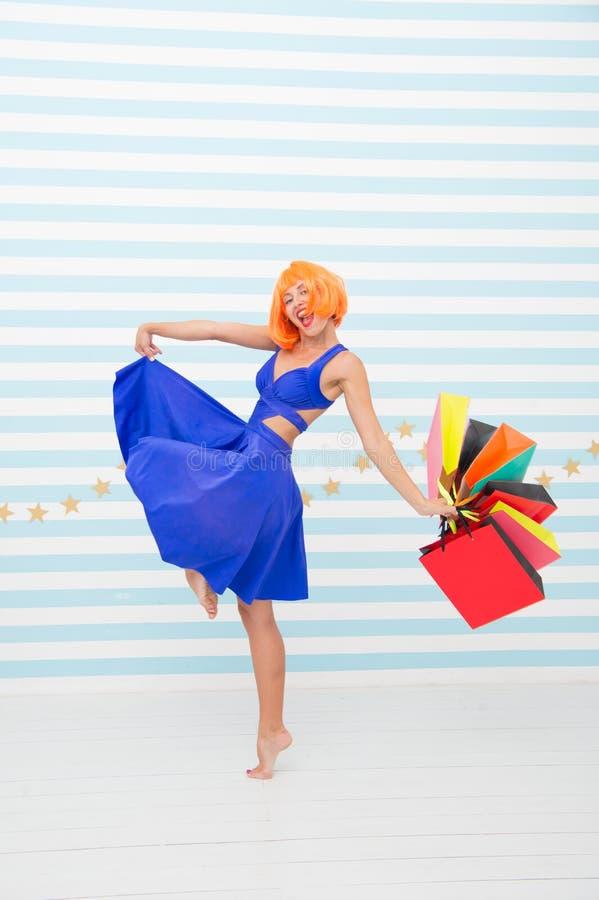 Compras felices en línea Buenas fiestas Preparaciones pasadas venta grande en alameda de compras Moda Ventas negras de viernes Fe fotos de archivo libres de regalías