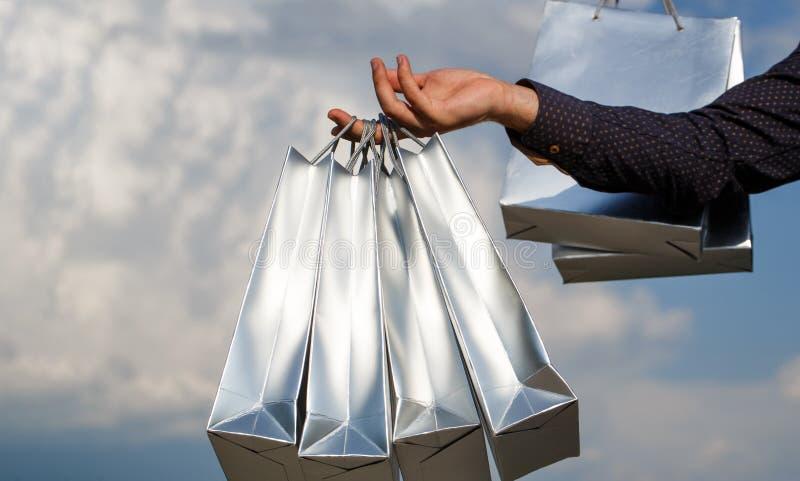 Compras felices Venta de la tienda, compra, shopaholic Negocie la venta, descuento, bolsa de papel Bolso de compras foto de archivo libre de regalías