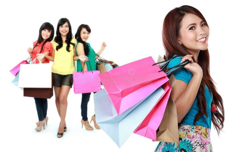 Compras femeninas felices fotos de archivo