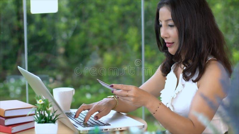 Compras femeninas medias asiáticas en línea y transacción del crad del crédito imagen de archivo libre de regalías