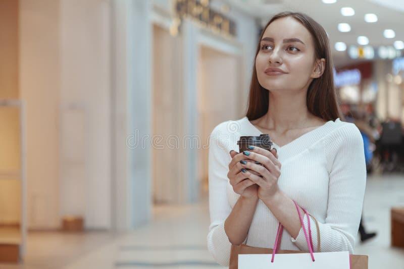 Compras hermosas de la mujer joven en la alameda local imagenes de archivo