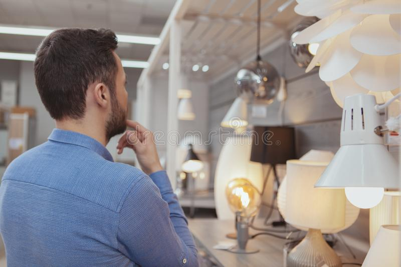 Compras hermosas del hombre en la tienda del mobiliario foto de archivo libre de regalías
