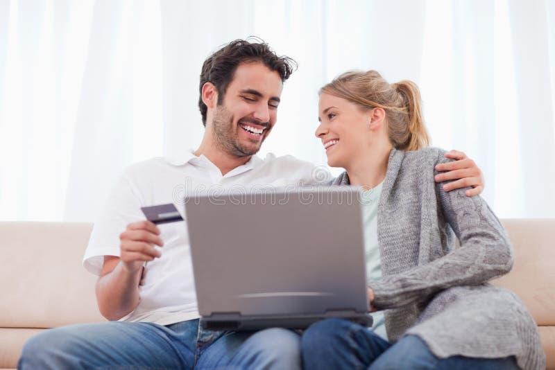 Compras jovenes de los pares en línea imágenes de archivo libres de regalías