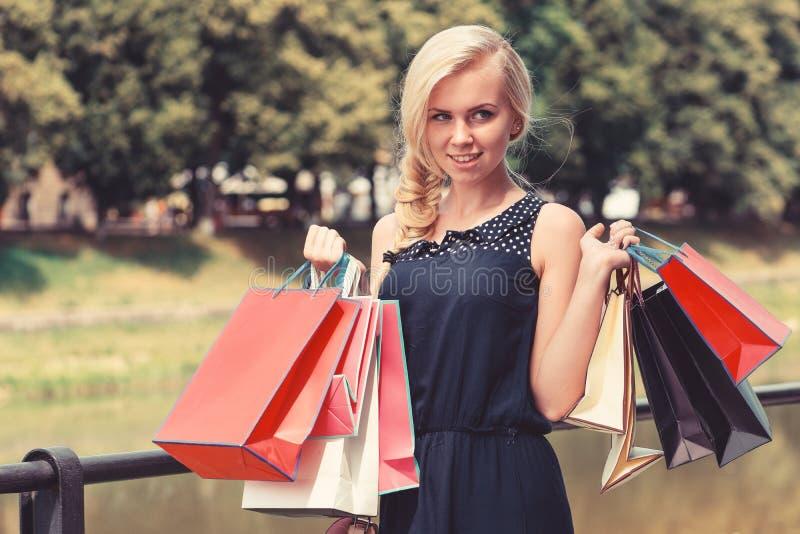 Compras jovenes y bonitas de la mujer Mujer en vestido negro fotos de archivo libres de regalías