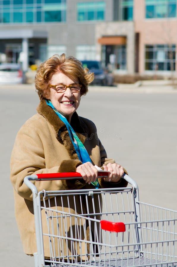 Compras mayores felices de la mujer fotos de archivo libres de regalías
