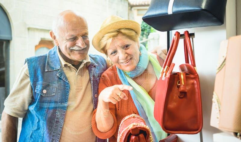 Compras mayores felices de los pares en la tienda del bolso de la moda imagen de archivo libre de regalías
