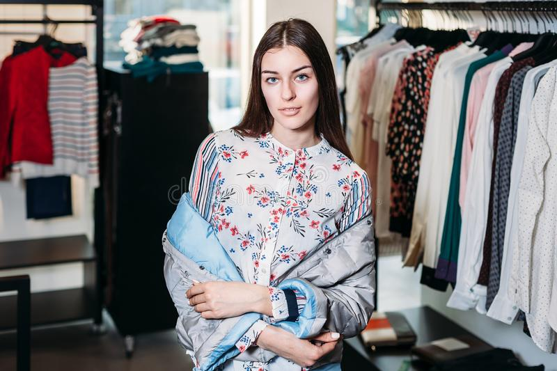 Compras, moda, estilo, venta, compras, negocio y gente mujer joven feliz hermosa del concepto en una tienda de ropa Negocios fotografía de archivo libre de regalías