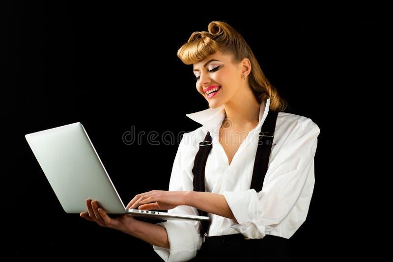 Compras online Menina com laptop Linda mulher de fundo negro Senhora do negócio imagem de stock royalty free