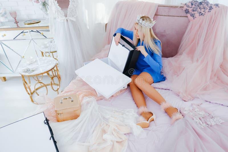 Compras ricas interiores de la muchacha del sitio llamativo fotos de archivo