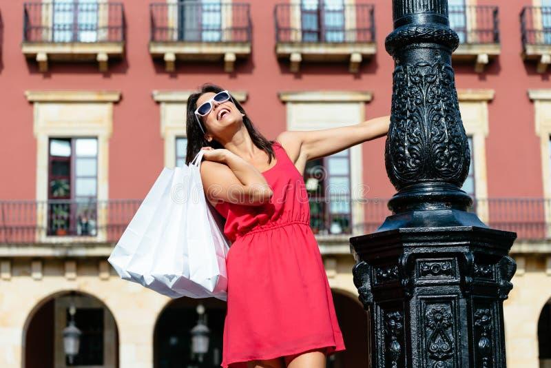 Compras turísticas femeninas en España fotos de archivo libres de regalías