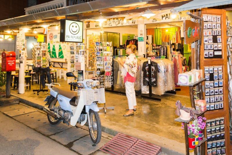 Compras turísticas para las postales en una tienda de souvenirs en el pai, provincia de Mae Hong Son, Tailandia imágenes de archivo libres de regalías