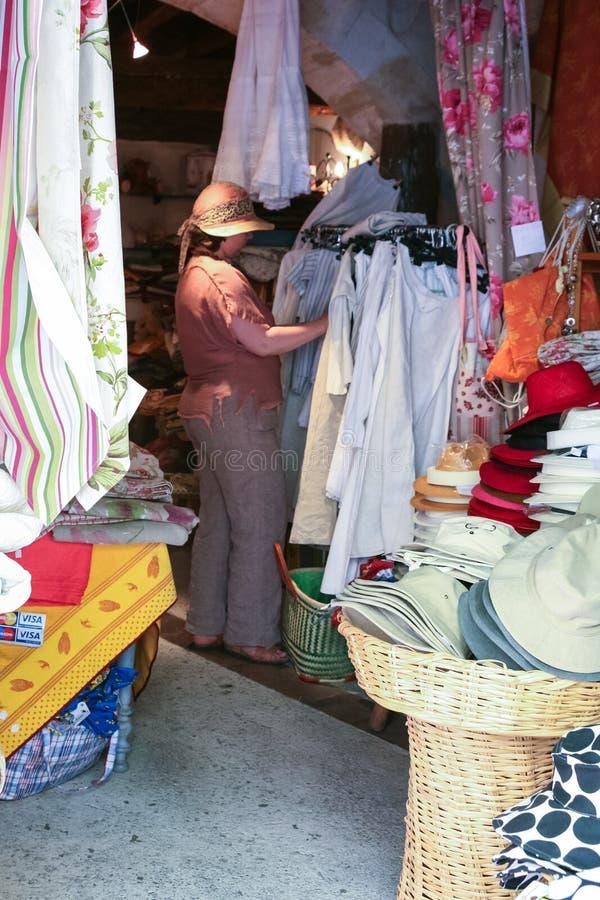 Compratore nel negozio locale del tessuto nella città di Arles immagine stock