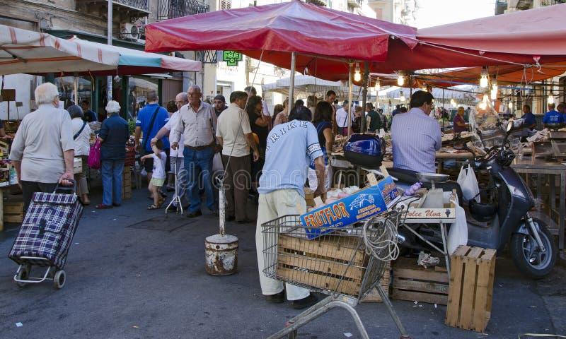 Compratori e venditori al mercato fotografia stock libera da diritti