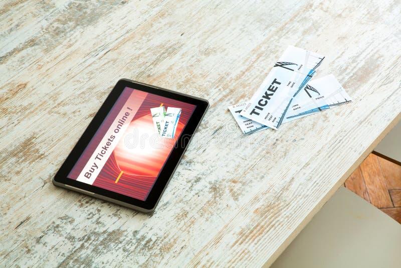 Compre boletos del cine en línea con un Tablet PC fotos de archivo