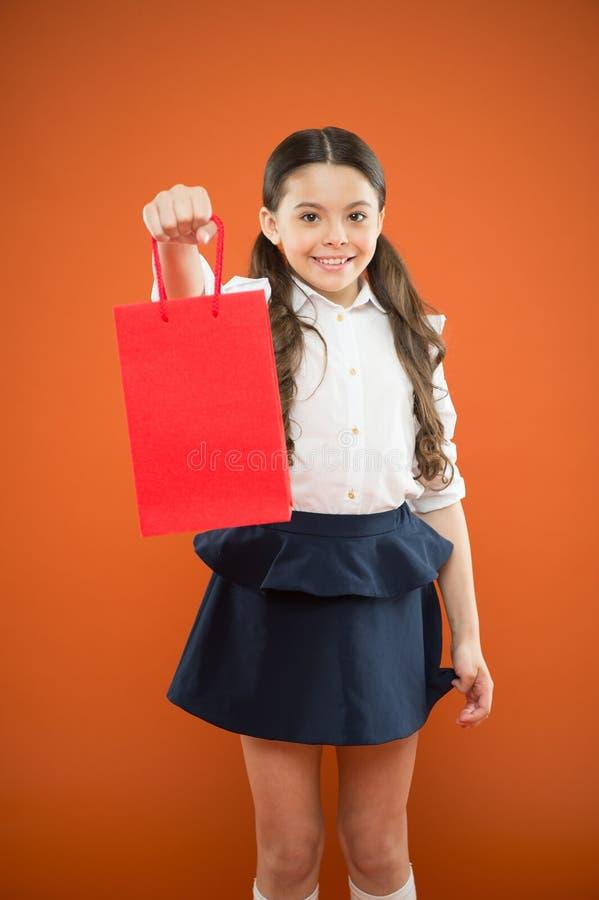 Compre fuentes de escuela E Muchacha que sostiene el panier Prepárese para la estación de la escuela para comprar efectos de escr fotografía de archivo libre de regalías