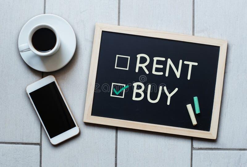 Compre não o conceito do quadro-negro do aluguel Escolhendo a compra sobre o aluguer fotografia de stock royalty free