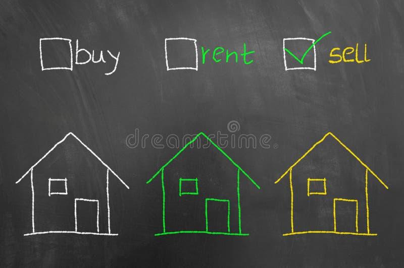 Compre o desenho da casa da caixa de seleção da venda do aluguel no quadro-negro fotos de stock royalty free