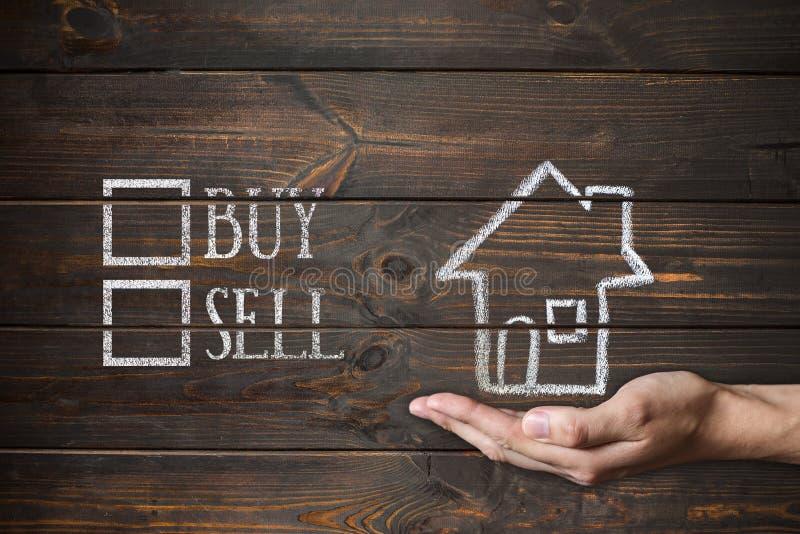 Compre o venda la casa escrita en los tableros de madera imágenes de archivo libres de regalías