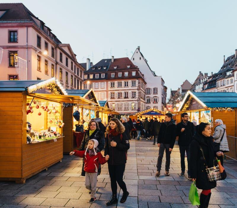 Compre souvenires do mercado do Natal em Strasbourg imagem de stock
