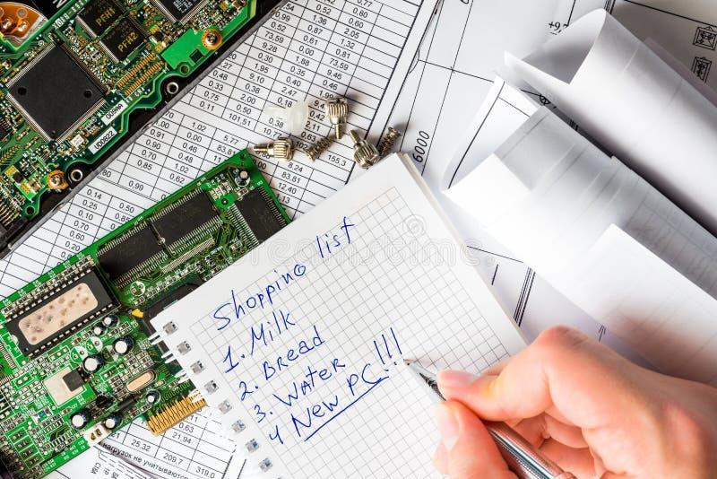 Compre um computador novo em vez de um computador quebrado imagem de stock royalty free