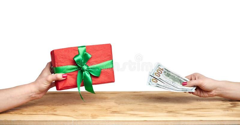 Compre un regalo en un fondo blanco foto de archivo libre de regalías