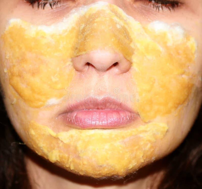 Compresa de la máscara en la piel del propóleos terapéutico de la cara lociones imagen de archivo