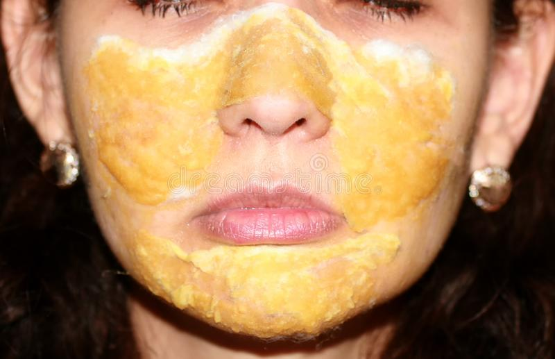 Compresa de la máscara en la piel del propóleos terapéutico de la cara lociones fotografía de archivo