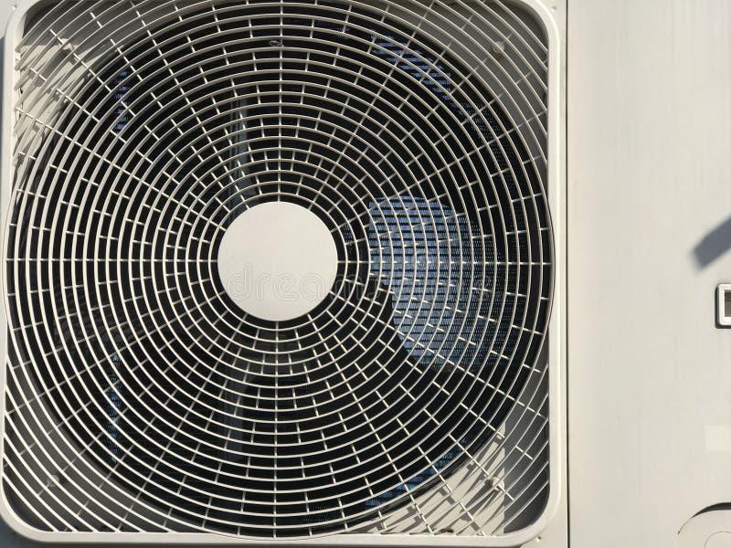 Compresor de aire ascendente cercano, cubierta del condensador del aire del aire acondicionado de unidad al aire libre imagenes de archivo