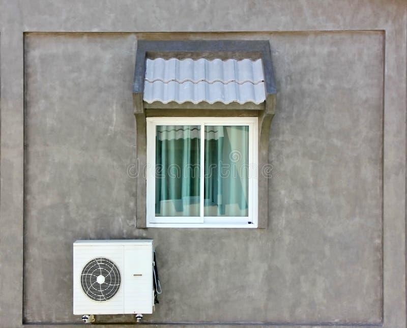 Compresor de aire exterior en el edificio decorado en estilo loft fotografía de archivo libre de regalías