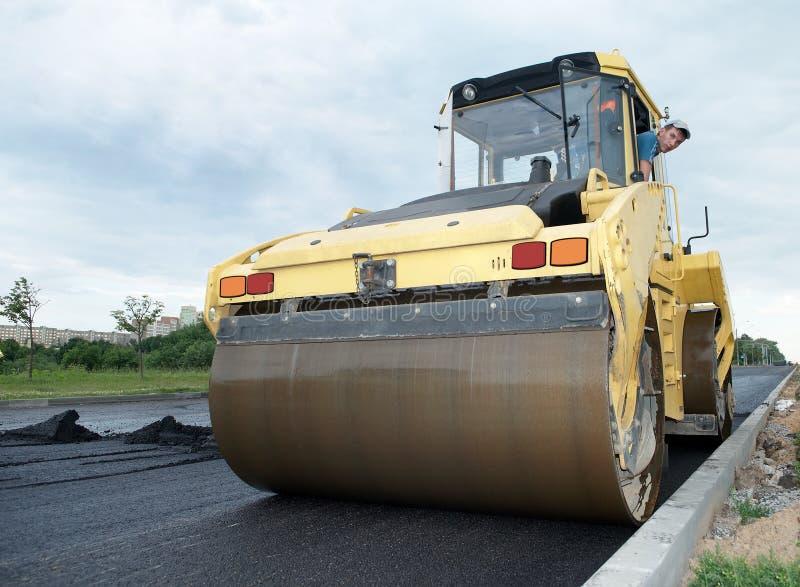 Compresor en los trabajos del pavimento del asfalto fotos de archivo