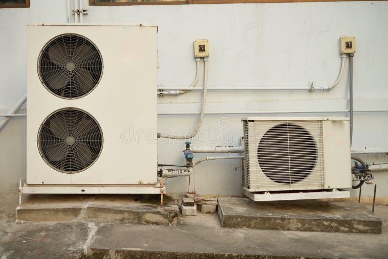 Compresor viejo del acondicionador de aire fotos de archivo libres de regalías