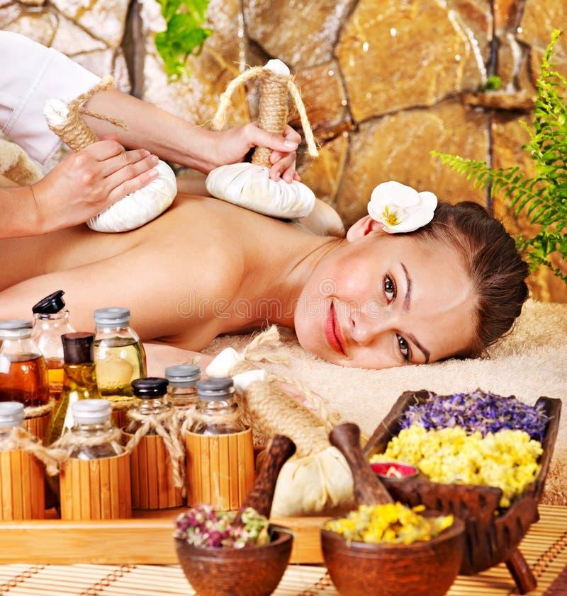 compress som får växt- massage den thai kvinnan royaltyfri fotografi