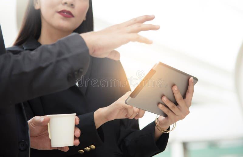 Compressa asiatica della tenuta della donna di affari immagine stock libera da diritti