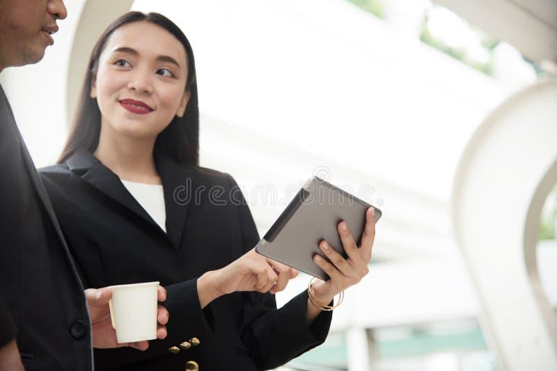 Compressa asiatica della tenuta della donna di affari immagine stock
