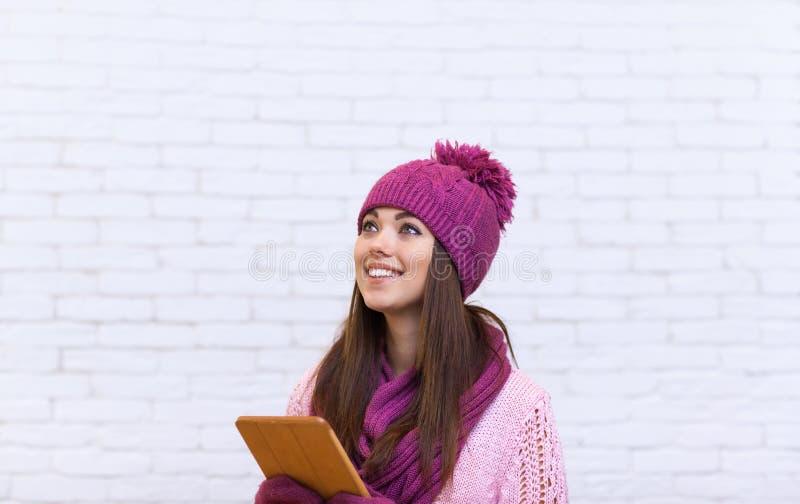Compressa attraente dello spazio della copia dell'adolescente facendo uso del tocco fotografie stock