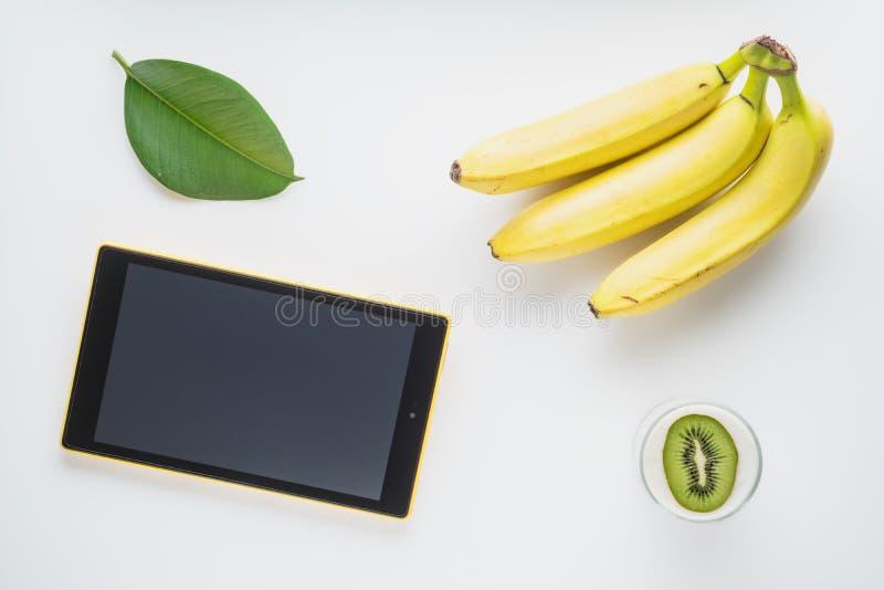 Compressa con le banane ed il yogurt freschi del kiwi fotografie stock libere da diritti