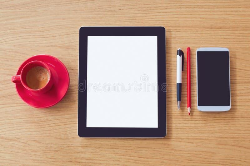 Compressa con lo schermo in bianco, Smart Phone sulla tavola di legno Derisione della scrivania su Vista da sopra immagini stock libere da diritti