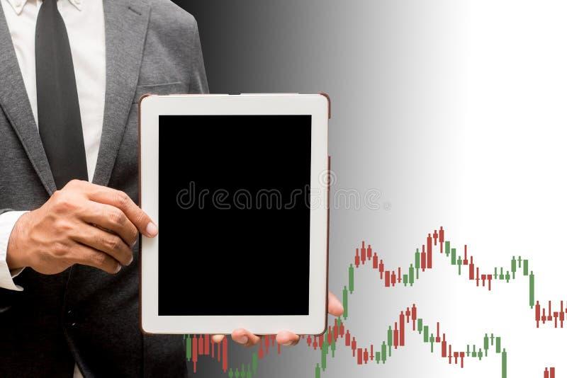 Compressa del computer della tenuta dell'uomo di affari con il grafico commerciale fotografia stock libera da diritti