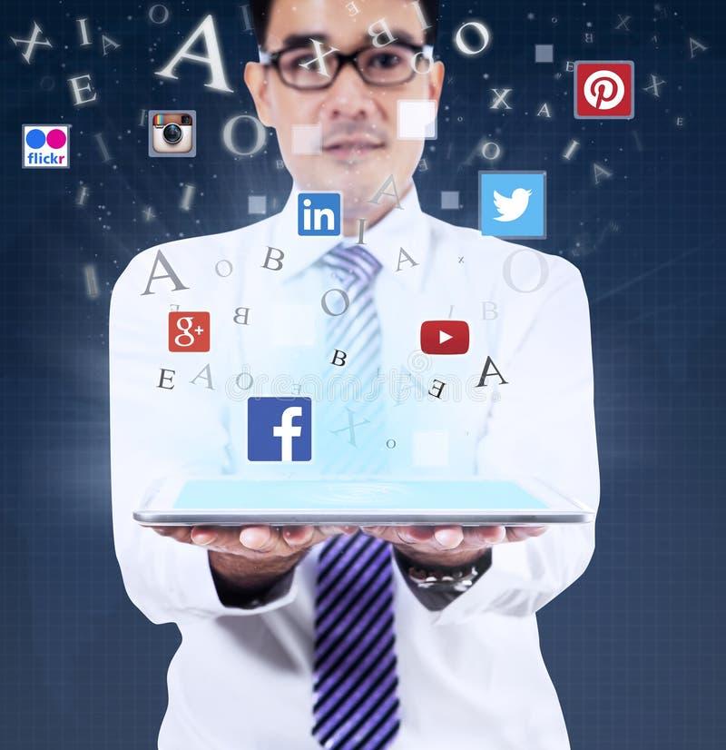 Compressa della tenuta dell'uomo con i simboli sociali di media immagine stock libera da diritti
