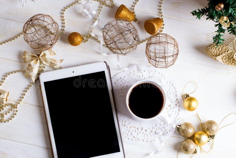Compressa di Digital e decorazioni dorate di Natale su backgr di legno fotografia stock libera da diritti