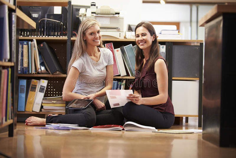 Compressa di Sit On Office Floor With Digital di due donne di affari fotografie stock