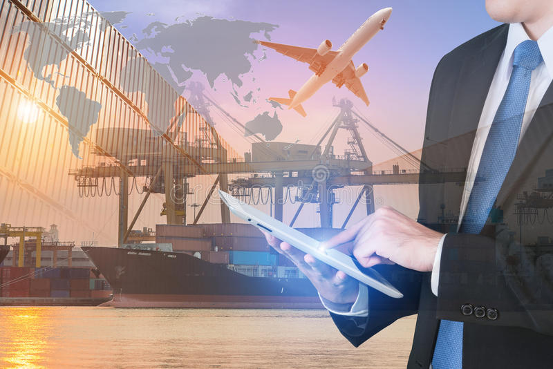 Compressa digitale della stampa dell'uomo d'affari per mostrare rete globale immagini stock