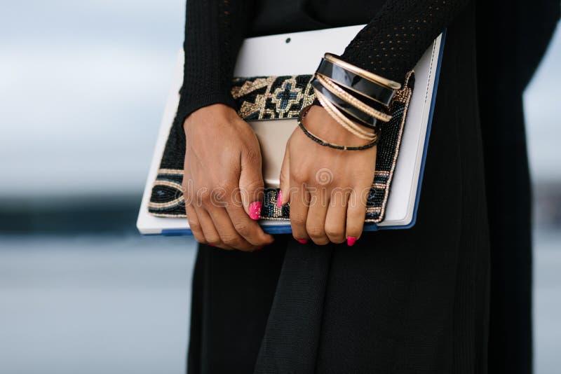 Compressa e cellulare alla moda della tenuta della donna professionale immagini stock libere da diritti