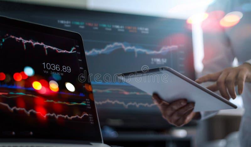 Compressa e computer portatile di uso dell'uomo d'affari che analizzano il mercato azionario di raccolta di dati fotografie stock libere da diritti
