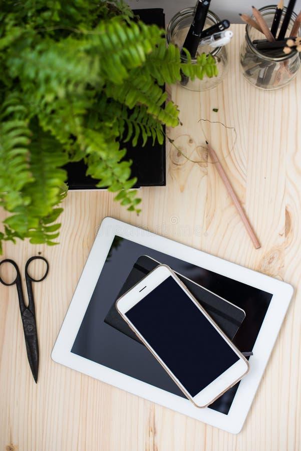 Compressa e smartphone sulla tavola dell'ufficio fotografia stock