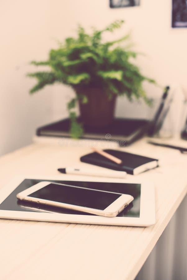 Compressa e smartphone sulla tavola di funzionamento fotografie stock