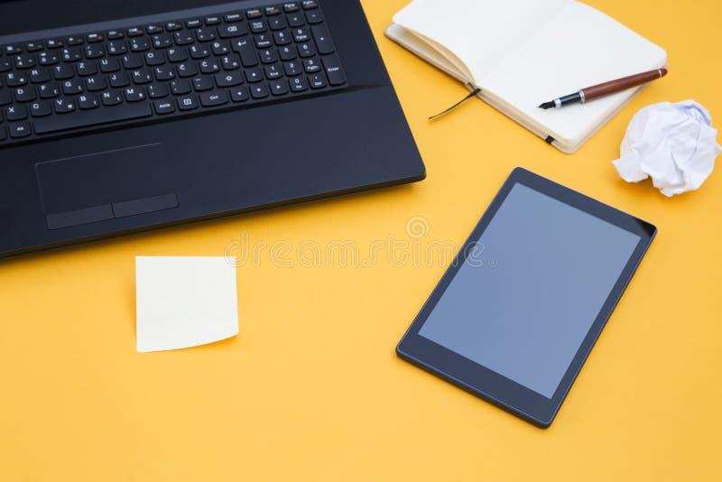 Compressa e un computer portatile immagini stock libere da diritti